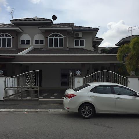 Semi-D Homestay - Sitiawan - Huis