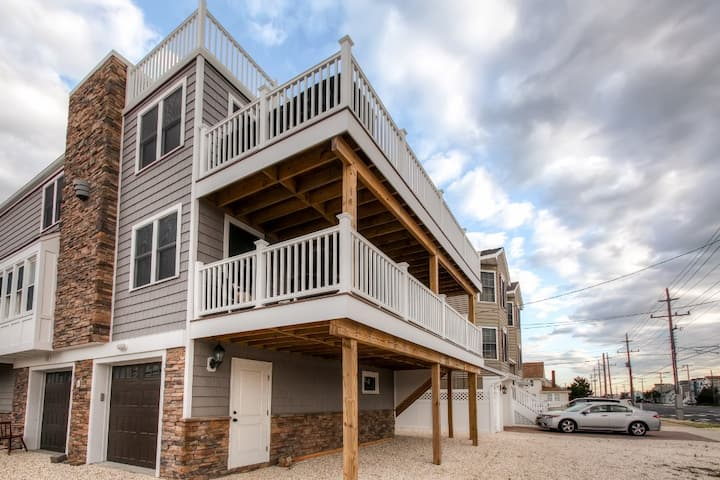 Recently Renovated LBI Apt w/ Deck on Beach Block!