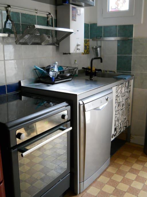 cuisine équipée de lave-vaisselle, micro-ondes et balcon sur le jardin