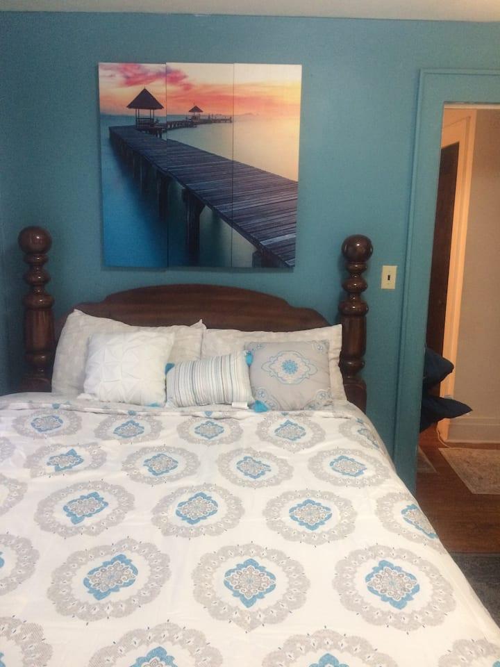 Private queen bedroom near SU and hospitals