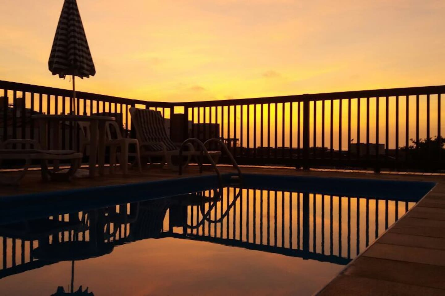 Vista da piscina por do sol as 6:30 manhã