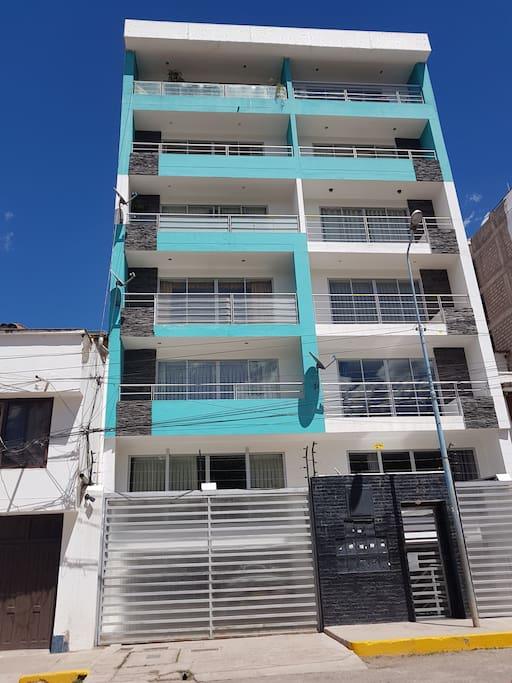 Departamento ubicado en la mejor zona residencial de la Cuidad del Cusco, a 10 minutos del Centro de la Ciudad, amoblado, totalmente independiente, con cochera y acceso por ascensor, portero permanente. Área 120 m2, 3 dormitorios con camas de 2 plazas cada uno y 3 baños, sala, comedor , lavanderia y cocina.