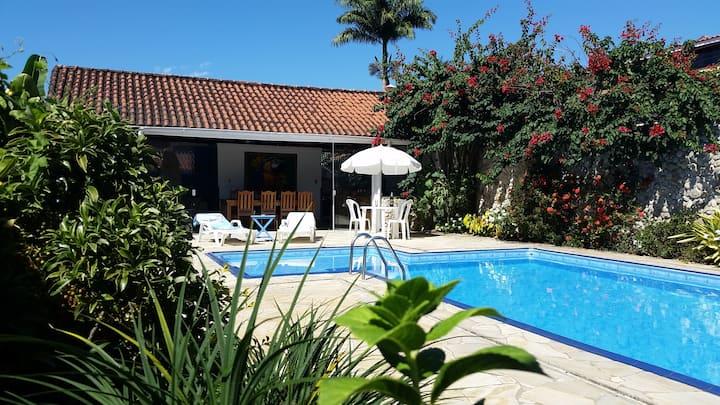 Ampla piscina e área aberta