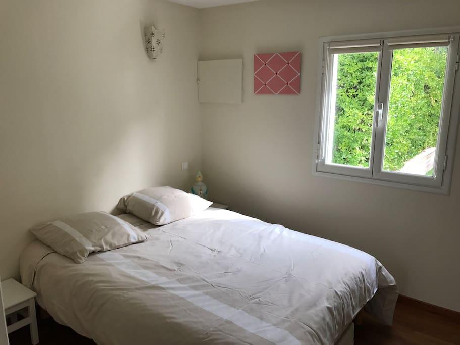 Chambre avec lit de 140 et placard