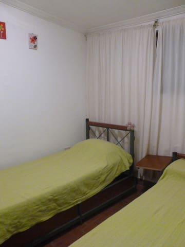 Dormitorio chico dos camas y una marinera