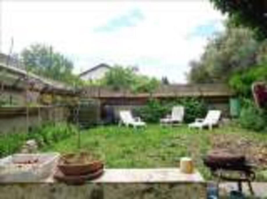 jardin plein sud, avec terrasse pour déjeuner