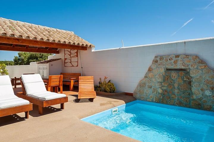 Klimatisiertes Ferienhaus mit Terrasse, Pool, WLAN und Garten; Haustiere erlaubt
