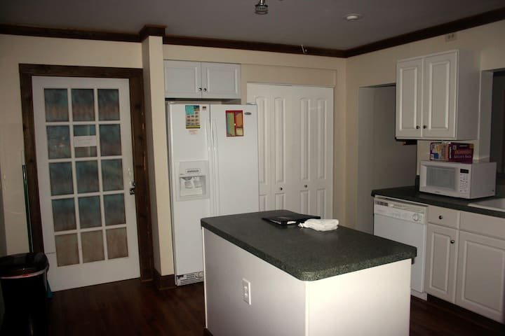 Fully Remodeled Kitchen.        Automatic Ice Maker