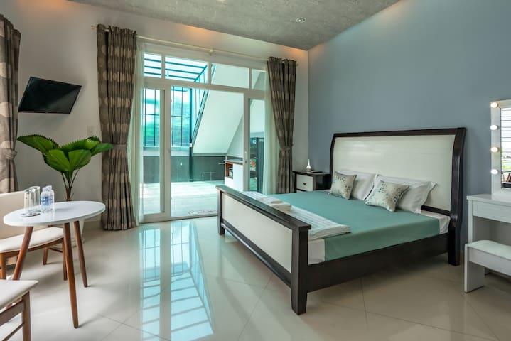 Luxury Studio walkable to Airport Kitchen Balcony