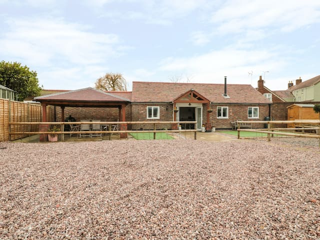 THE STABLE, pet friendly, with open fire in Berkeley, Ref 931472