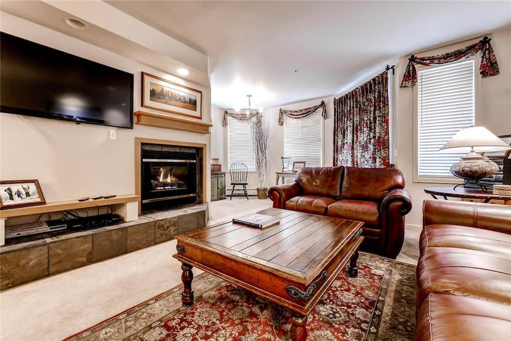 Indoors,Room,Couch,Furniture,Fireplace
