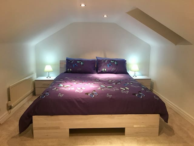 """The Snug"" (King-size bed) - Catterick"