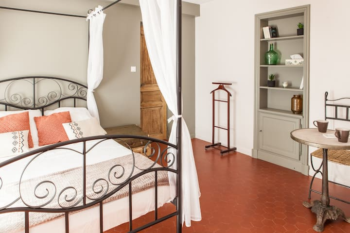 Independent bedroom and bathroom near Lyon