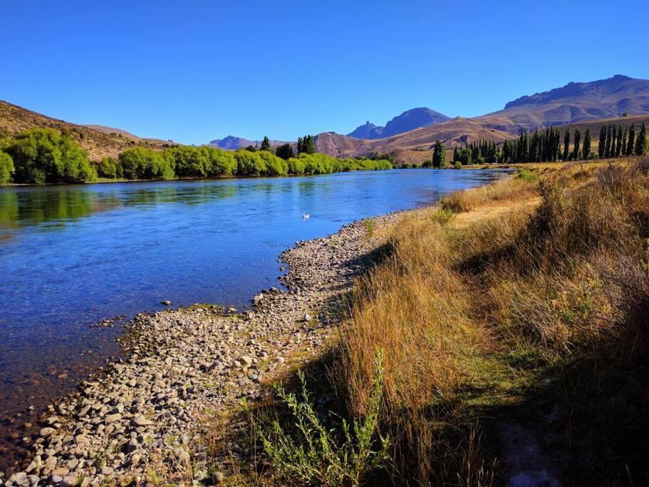 El río frente a la propiedad, ideal para flyfishing, flotadas y natación (en verano!)