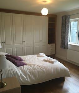 Double en-suite room in Dingle town - Huis