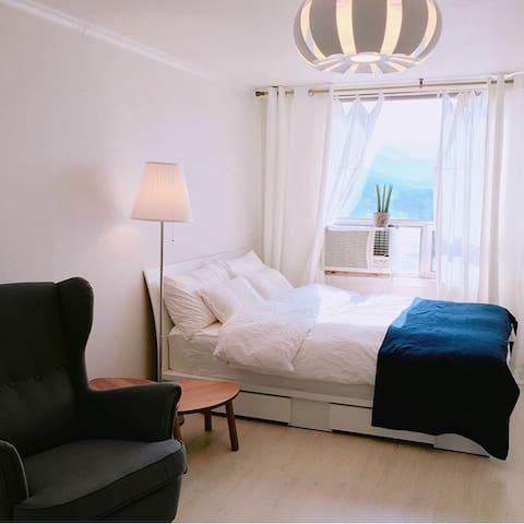 방안에서 설악산 전경이보이는 포근하고 로맨틱한 방 seastar 1호