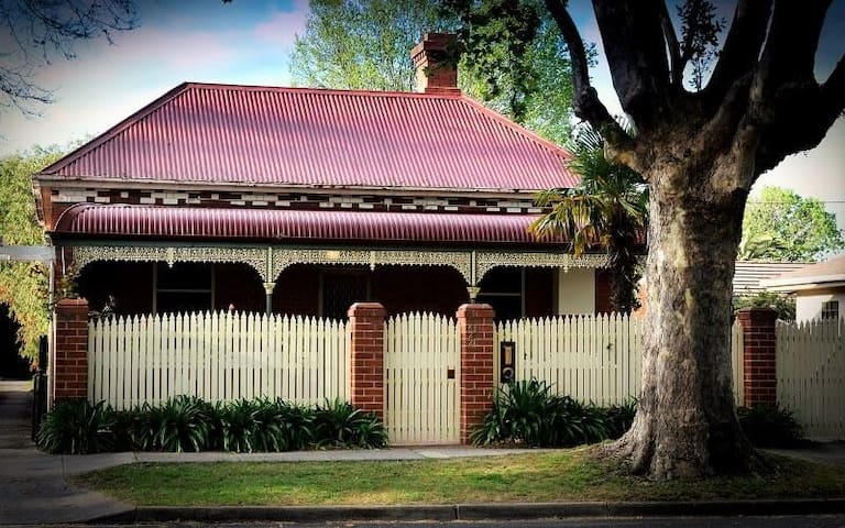 Central Albury Cottage on Stanley Street - Albury - House