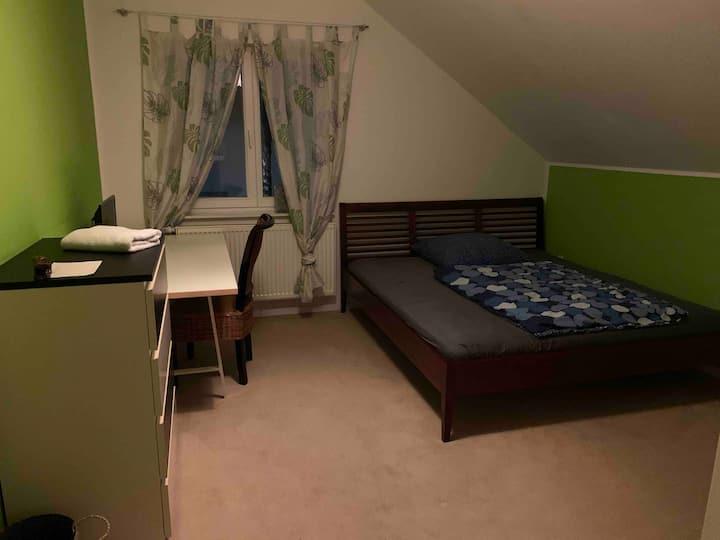 Berlin Zimmer mit Doppelbett in Einfamilienhaus