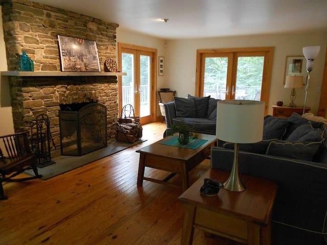 Tigh Ciúin (quiet house)- Secluded Pocono Retreat