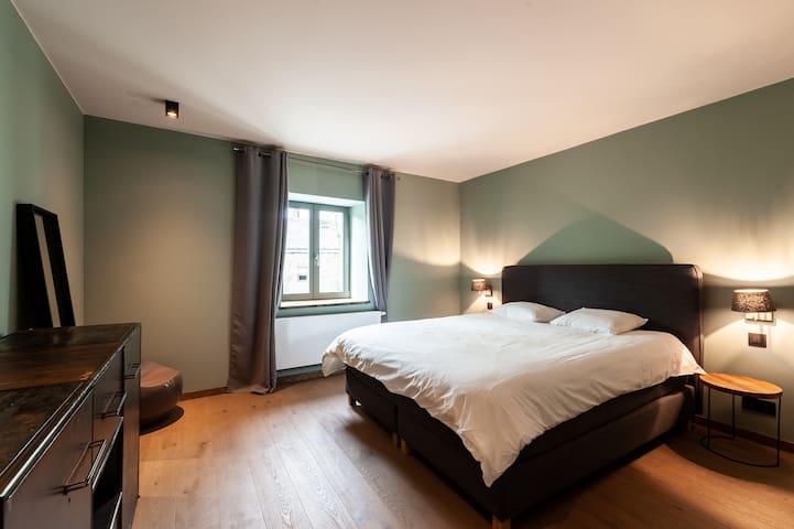 Bedroom with a dubble bed + a bunk bed (4p.) 1st floor / chambre avec lit double + 2 lits superposés (4p.) 1er étage