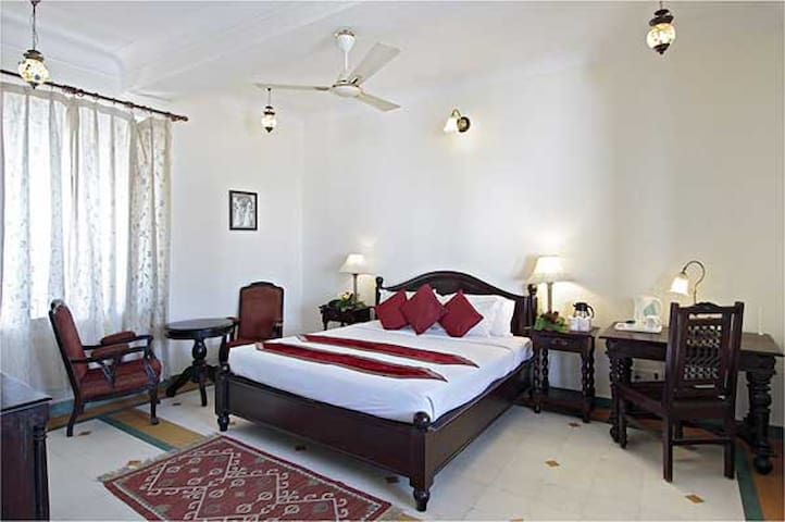 Khandwa Haveli - A Unit of Hotel Mumal Palace-Royal Luxury Double Room With Bawari Courtyard View