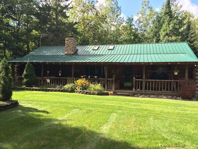 Beautiful Log home in Northern Michigan - Cheboygan - Casa