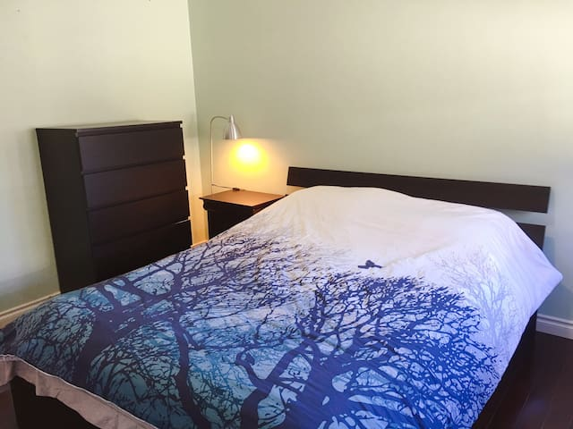 B. BR with queen size bed+breakfast