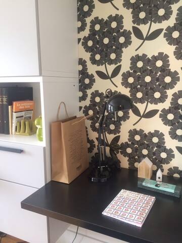 Le coin bureau dans la chambre