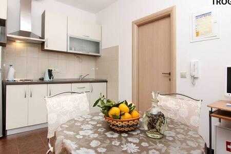 Apartments Nika 2 - Seget Donji