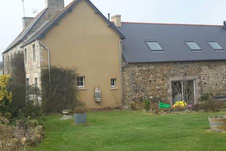 Chambre - Belle propriété bretonne  à 20' mer