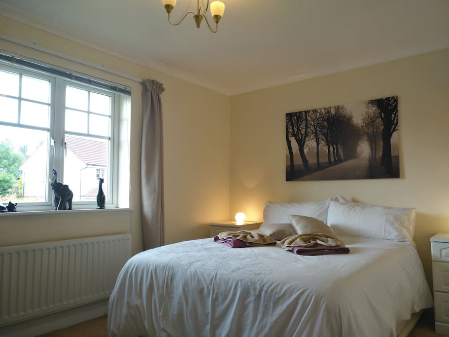 Lovely double bedroom. Guaranteed good sleep in this super quiet bedroom.