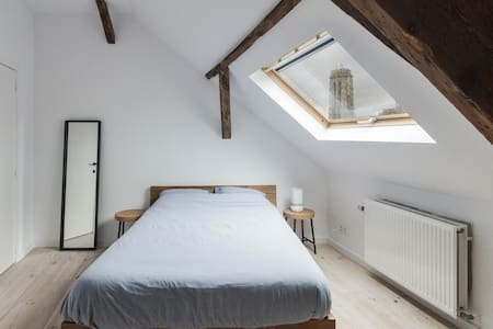 2 Comfortable rooms in a historical building.
