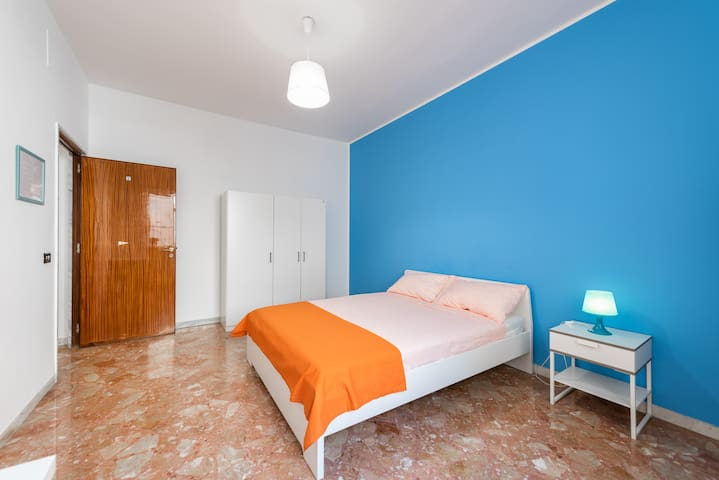 E33/1R4-Bright and lovely room in center of Bari