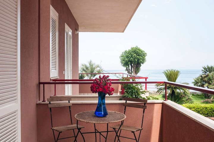 Beautiful, modern apartment 50meters from the sea on a beautiful spot in Sicily.