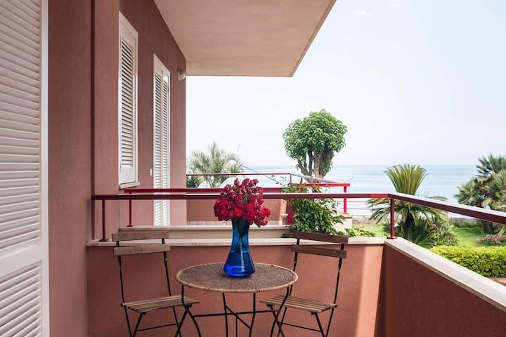Mooi, eigentijds appartement op 50 meter van zee op prachtige plek op Sicilie.