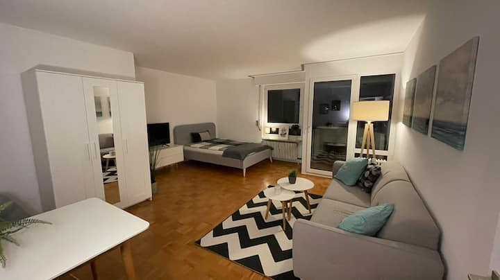 Modernes & ruhiges Apartment mit Balkon, NEU!