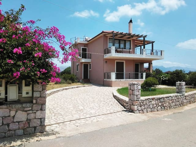 Airy 130m2 Villa: Short walk to Pavlopetri beach