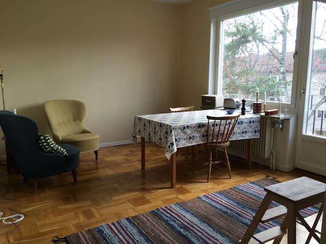 Fin lägenhet tio min från Södermalm - สตอกโฮล์ม
