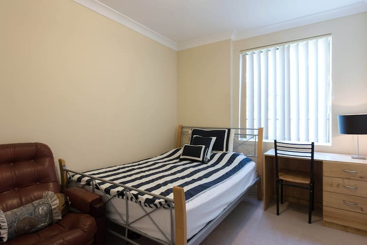 Sunny, convenient large apartment. Close to city - Chatswood - Pis