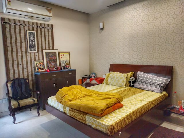 Centrally located, Private room with Garden, A/C, - Noida - Appartement
