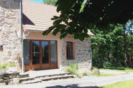 Maison en pierre proche Vulcania
