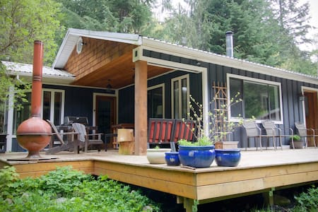 Cozy Riverside Cottage - Paradise Valley, Squamish