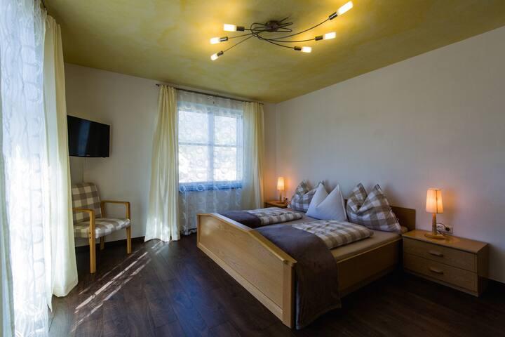 Appartment Bodenberg Schlafzimmer mit Balkon