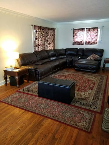 Perfect Location For RNC! - Lakewood - Huis