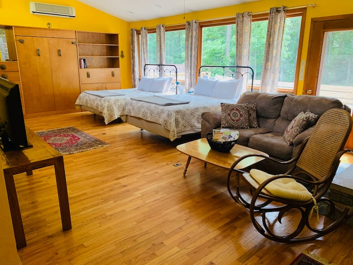 Treetop Studio Apartment-walk to the Arts Academy!