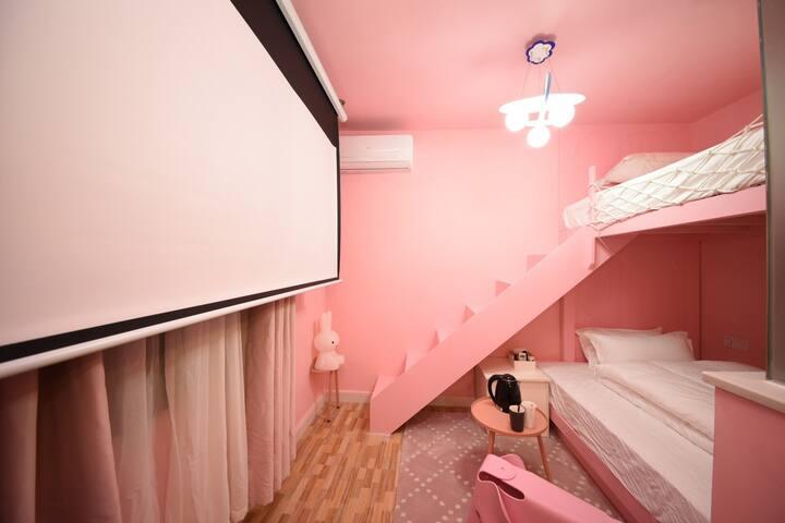 粉色高低闺蜜投影,免费洗衣烘干服务,近五一广场~黄兴广场,太平街,坡子街均可步行,2分钟可到盟重烧烤