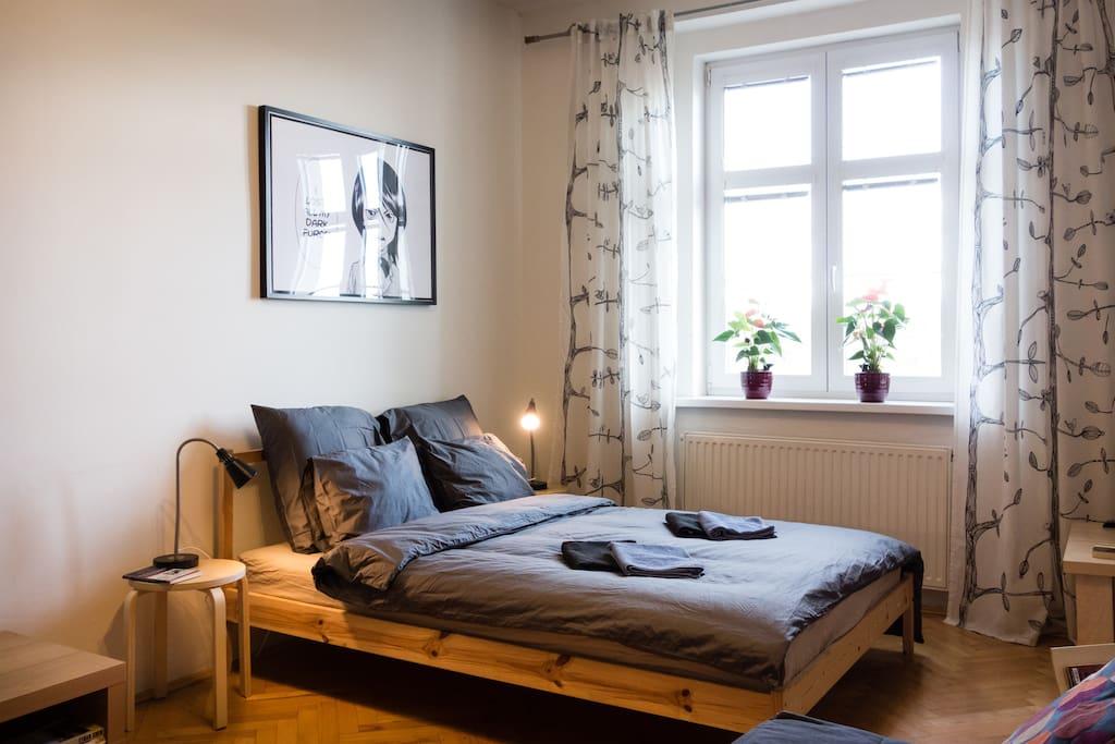 Queen size (140 cm) bed