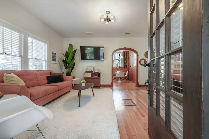 Mid-Century Manor! Near Downtown and food spots!