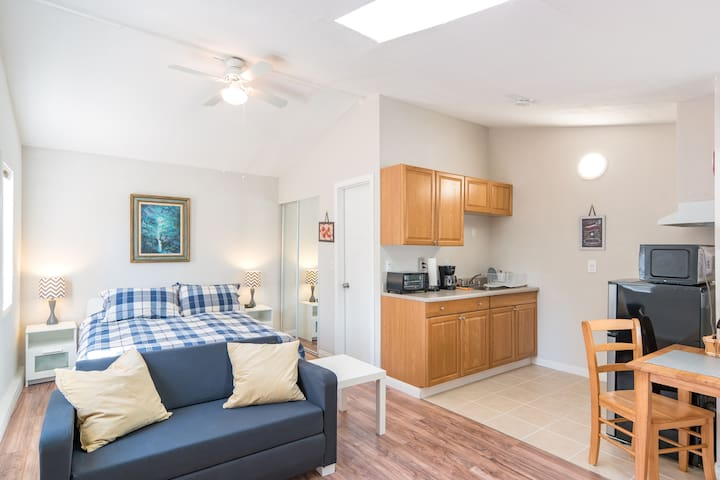 Newly remodeled studio with private entry - Los Angeles - Gæstehus