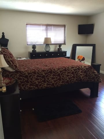 1 Cozy Bedroom for California Stay - Thousand Oaks - House